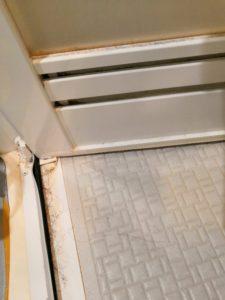 浴室ドアとドア枠の水垢よごれ